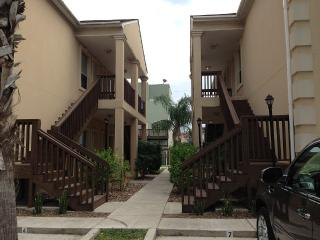 BEAUTIFUL w/ POOL 2 Bed / 2 Bath Condo 2-5 minutes