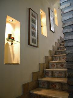 Favolosa scala interna alla casa in pietra e maiolica