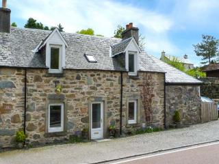 RIVER VIEW COTTAGE, woodburner, WiFi, good walking and fishing in national park, cycle route across road, in Strathyre, Ref 924394
