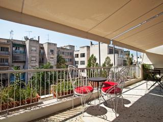 Bright apt, next to Plaka with balcony & roof top!, Athens