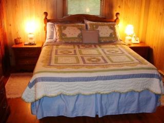 Cama en dormitorio #1