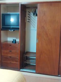 La habitacion incluye tv por cable, closet, wifi