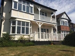 Large 3 bed flat close to beach & train station, Westcliff-on-Sea