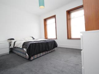 Cosy, clean room at Canning Town