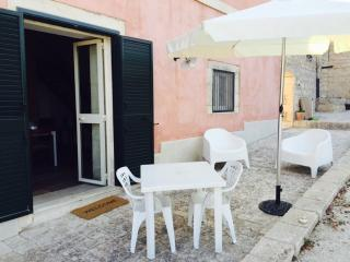 two rooms flat to 'inside of ancient Sicilian farmhouse.Parking.Animals welcome., Pozzallo