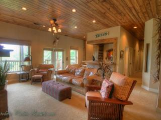 5BR Scenic View, Spacious Deck Areas, Hot Tub, Minutes to Banner Elk, Beech