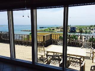 4 bedroom 21/2 bath PENTHOUSE with a private rooftop terrace!, Port Aransas