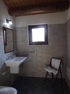 Spazioso bagno con doccia