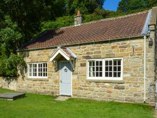 QUOITS COTTAGE, detached, woodburner, king-size bed, terraced garden with patio, Goathland, Ref 920679