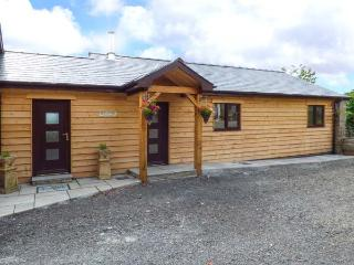 BLACK MOUNTAIN VIEW, luxurious cabin, en-suite, woodburner, parking, in Llanafan