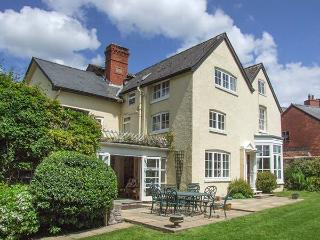THE LAURELS, detached, Grade II listed, en-suite facilities, enclosed garden, in Bishop's Castle, Ref 925397