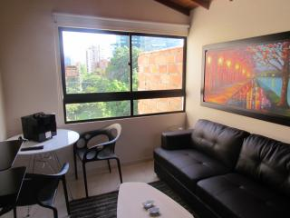 1 bedroom Hot Tub 3 blocks Lleras 10 meg wifi 302, Medellin