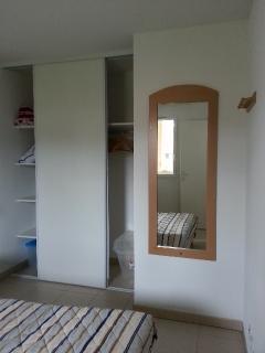 Dans la grande chambre parentale, à disposition un grand placard avec étagères et penderie.