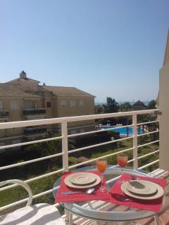 Una de las dos terrazas, que tiene vistas a los jardines, la piscina y el mar.