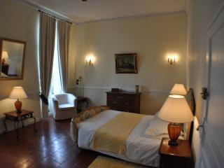 CHARDONNAY -  Elegant room in Chateau, English run, Beziers
