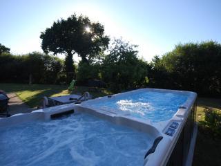 Les Clos - Luxury 16c Farmhouse with Pool, Bar & Gym near Dinan & Jugon Les Lacs