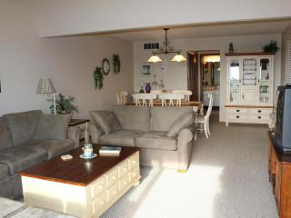Beautifully furnished condo, 1.5 blocks to beach