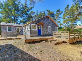 Rustic dog-friendly beach home on Neskowin Marsh Golf Course + 2 blocks to beach