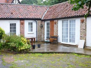 SEASIDE RENDEZVOUS, all ground floor, en-suite, parking, in courtyard setting, near Bridlington, Ref 922233
