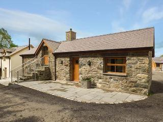 BRIWS, barn conversion, hot tub, parking, garden, in Betws-y-Coed, Ref 905257, Cerrigydrudion