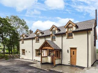 TY GWYN, detached, en-suites, woodburner, hot tub, parking, garden, in