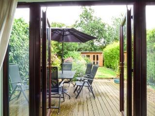 KINGSLEY COTTAGE, end-terrace, open fire, garden, in Stalham, Ref 925688