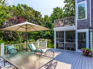 MAHAJ - Charming Village Area Summer Home, 5 min walk to Main St, Private, Edgartown