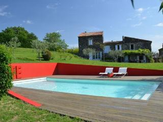 Large, artsy house with pool, Chomerac