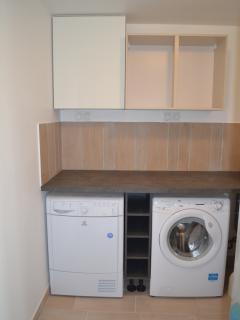 Lingerie : lave-linge+sèche-linge+fer et table à repasser