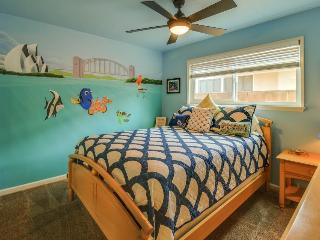 Custom pool & hot tub, half a mile to Disneyland. Sleeps 17!, Anaheim
