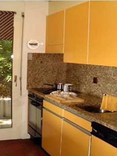 Küche mit Glaskeramik Herd (Glasplatte), Granit Abdeckung, Kaffeemaschine, Spühlmaschine