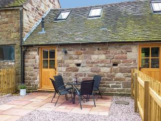 HERDWICK'S BARN, pets welcome, barn conversion with underfloor heating and WiFi, romantic retreat near Oakamoor, Ref 920745