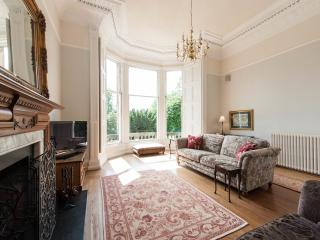 Elegance & comfort, with gardens & a fire, in Edinburgh's prestigious West End