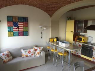 angolo cucina/sala con divano letto a due posti (per ragazzi, un pò stretto per due adulti))