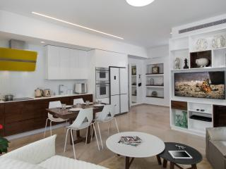 LUXURY BAUHAUS! 2 MIN WALKING FROM THE BEACH!, Tel Aviv