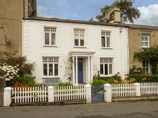 Afallon, Grade II listed town house, WiFi, tiered garden, beautiful views, in Porthmadog, Ref 926773