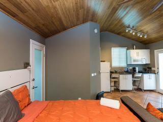HOLLYWOOD COZY Studio+KING Bed+Air Cond+WIFI +HDTV