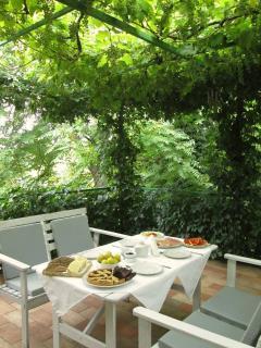 Il buongiorno con la colazione sotto impegolato di uva fragola