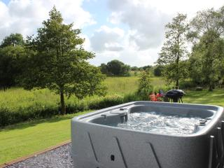 Peaceful haven with hot tub in Brecon Beacons