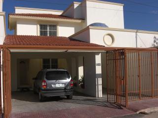 Maison recente avec jardin,piscine,garages