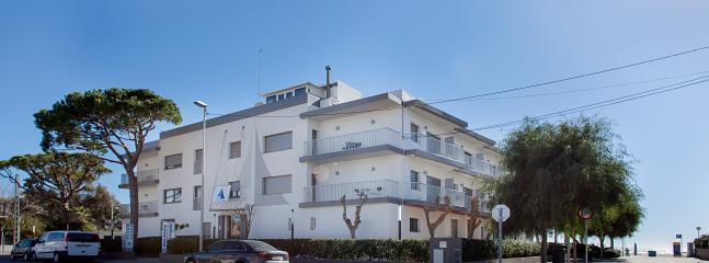 Edifcio de apartamentos turísticos a pie de playa.¡¡Importante ¡¡ todos con parking y wifi gratuito.