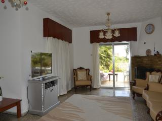 Room in a villa near the beach and 5 * hotels., Kyrenia