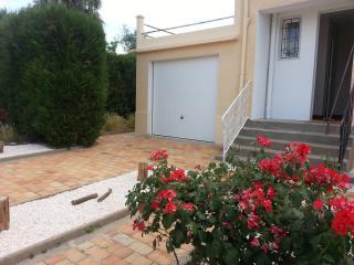 Accueil de la maison avec son garage et son emplacement de parking dans la propriété