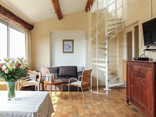 Vence, Lumineux Quiet 2 Bedroom Holiday Rental with Pool