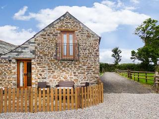 TREBYTHAN, remote converted barn, pet-friendly, private patio, en-suite, WiFi, Launceston, Ref 926574