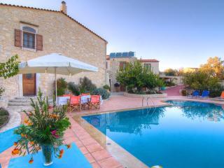 Villa Allaria - Large Pool, Great View & Garden, Skouloufia