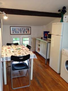 cucina con frigo, lavatrice micronde
