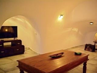 Raki Cave, Fira