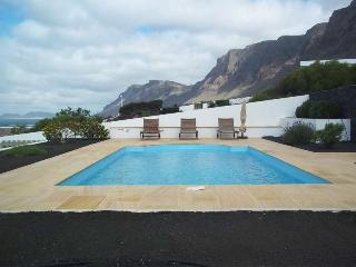 BUNGALOW WITH POOL BUNGIBOZ IN FAMARA FOR 6P, Famara