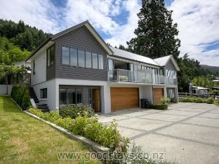 Elegant contemporary home: views, outdoor living!, Queenstown